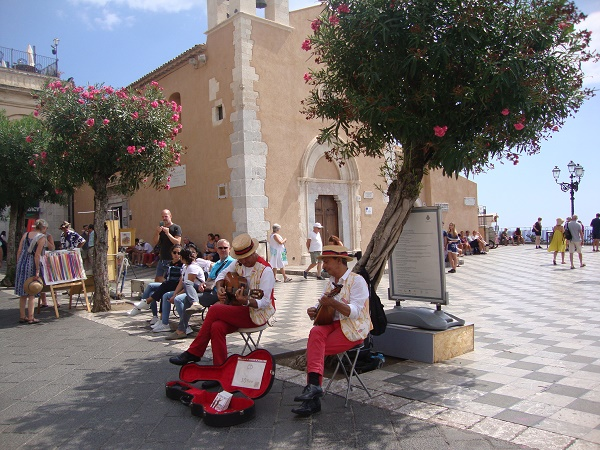 The godfather music in Taormina and other forms of entertainment for solo travellers.